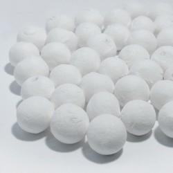 Weiße Wattekugeln mit Loch eignen sich für viele Bastelarbeiten mit Kindern.