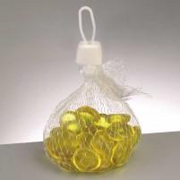 Kreieren Sie eine Deko aus Windlichtern und Teelichtern mit Glasmosaik und gelben Glasnuggets. Verstreuen Sie dazu Glasnuggets in Gelb auf dem Tisch und schon ist die Frühlingsdekoration da.