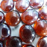 Diese irisierenden Glasnuggets  passen hervorragend zu einer Dekoration in warmen Farben. Einfach als Streudeko über den Tisch verteilen!