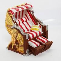 Süßer Deko Strandkorb Rot-Weiß aus Polyresin, hübsch verarbeitet. Tolle Sommerdeko und für Reisegeschenke.