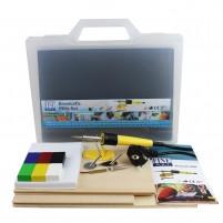 Das Geschenk-Set mit Encaustic Pen enthält Wachsfarben, Aufsätze für den Encaustic Pen, Malkarten und Pappelsperrholz.